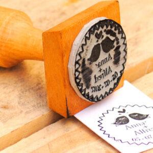 Tintatge manual de fusta o plàstic